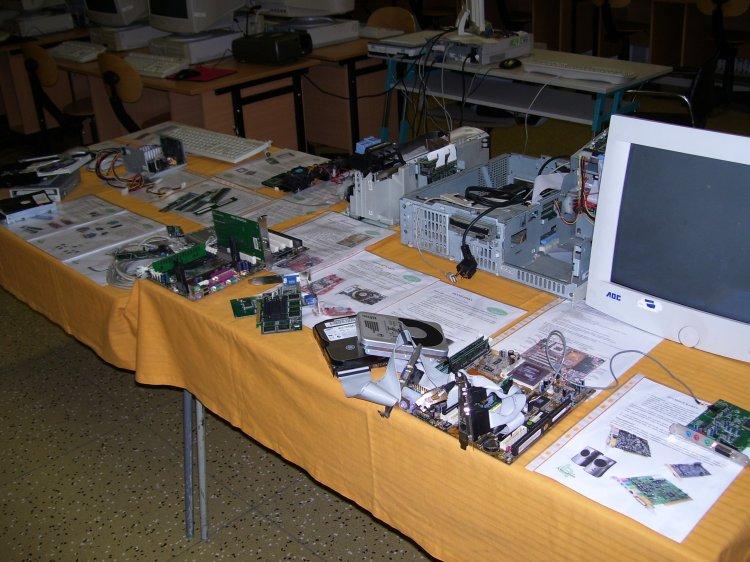 """Prohlížíte si obrázky k článku: """"Muzeum"""" hardware v učebně Vt - zrušeno"""