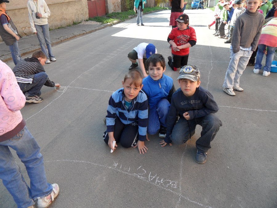 Prohlížíte si obrázky k článku: Malování u školky