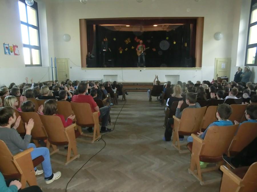 Prohlížíte si obrázky k článku: Hudební pořad na sále