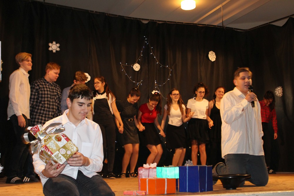Prohlížíte si obrázky k článku: Vánoční besídka na sále